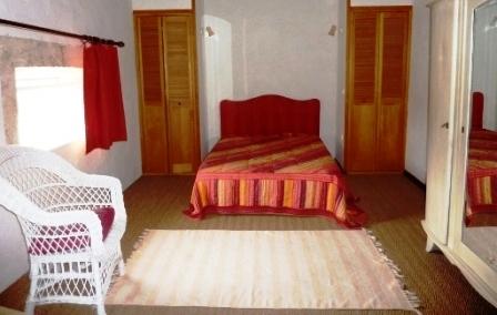Gîte Le Tineiral à Néffiès Les Romarins chambre à coucher
