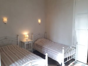 The guest appart Les Santolines, Room 2: two beds (90cm) with bathroom and toilets.