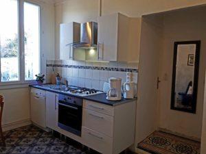 Das Tiniral in Neffies. Küche mit Herd, Backofen und Mikrowelle, Kühlschrank und Konservator. Wasserkocher, Kaffeemaschine und Toaster.