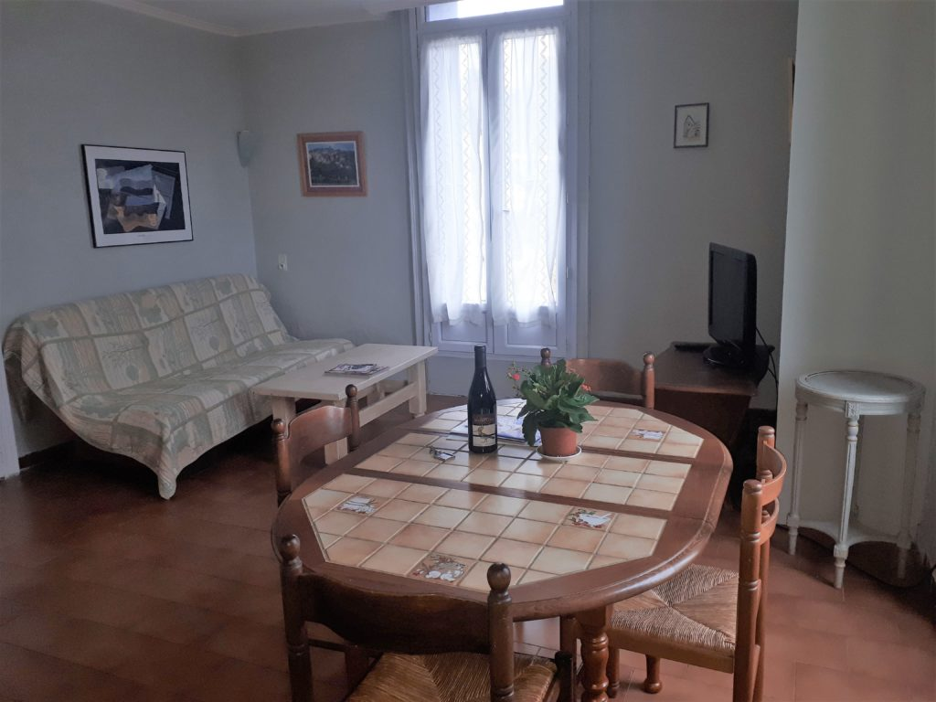 The guest appart Les Santolines, The dining/sitting room is equipped with a double sofa-bed and a TV (satellite).