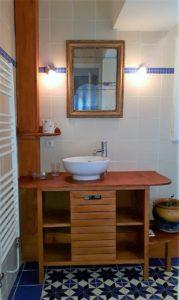 Le Tineiral à Néffies Gîte les genets Une salle de bain avec Douche, wc et lavabo. Sèche serviettes sèche cheveux, Fer et table à repasser.