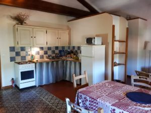Le Tineiral à Néffies, apartment Les Romarins. The kitchen is fully equipped for self-catering with a gas hob and oven, fridge, microwave, coffee machine, kettle and toaster.