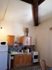 Le Tineiral apartment Les Bruyeres The kitchen is fully equipped for self-catering with a gas hob and oven, fridge, microwave, coffee machine, kettle and toaster.