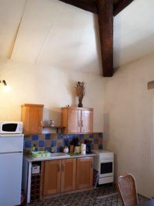 Le Tineiral Le gite Les Bruyères Une belle pièce à vivre avec son coin cuisine: Cuisinière et four à gaz, micro-onde, bouilloire, cafetière, grille-pain, réfrigérateur-conservateur.