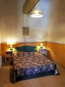 Le Tineiral le gite Les Bruyeres Une grande chambre avec un lit double en 160