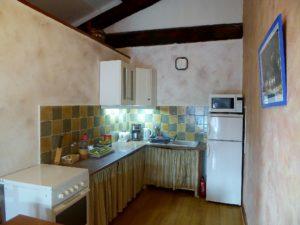 Une vaste pièce à vivre avec cuisine équipée (cuisinière et four à gaz, micro-onde four électrique, bouilloire, cafetière, grille-pain, réfrigérateur-conservateur).