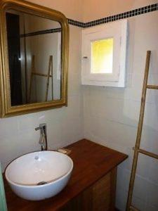 Le Tineiral le gite les Bruyeres Une salle d'eau avec douchewc. (sèche cheveux, fer et table à repasser)