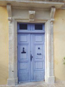 Le Tineirql 0 N2ffies; La porte d'entrée, caractéristique des maisons vigneronnes du XIXème siècle donne sur un large couloir
