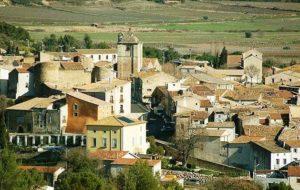 Néffies est perché au dessus des vignes au cœur du Languedoc. Proche de Pézenas et du Lac du Salagou, non loin de Saint Guilhem le désert et de Sète.