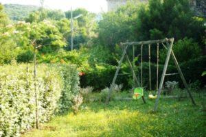 Das Tiniral in Neffies ist mit mediterranen Pflanzen bepflanzt: Olivenbäume, Feigen, Lorbeer, Lavendel, Rosmarin, Santolinen und Kakteen ...