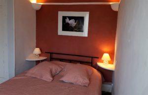 Le tineiral àNéffiès, gîte les santolines. Hébergement de tourisme. Une chambre double avec son lite en 160 cm.