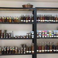 """Das Bio-Lebensmittelgeschäft """" Les Fées confiot """" bietet Ihnen sein Gemüse, Marmeladen und lokale Produkte. Verpassen Sie nicht die Bio-ZiegenKäse von Christine in Neffies."""