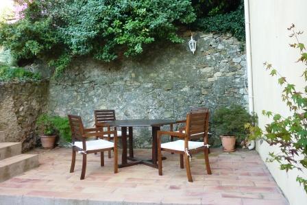 ses restanques ( petits espaces en étages ) pour les repas avec plancha, barbecue, petits lieux ombragés, et jeux pour enfants.