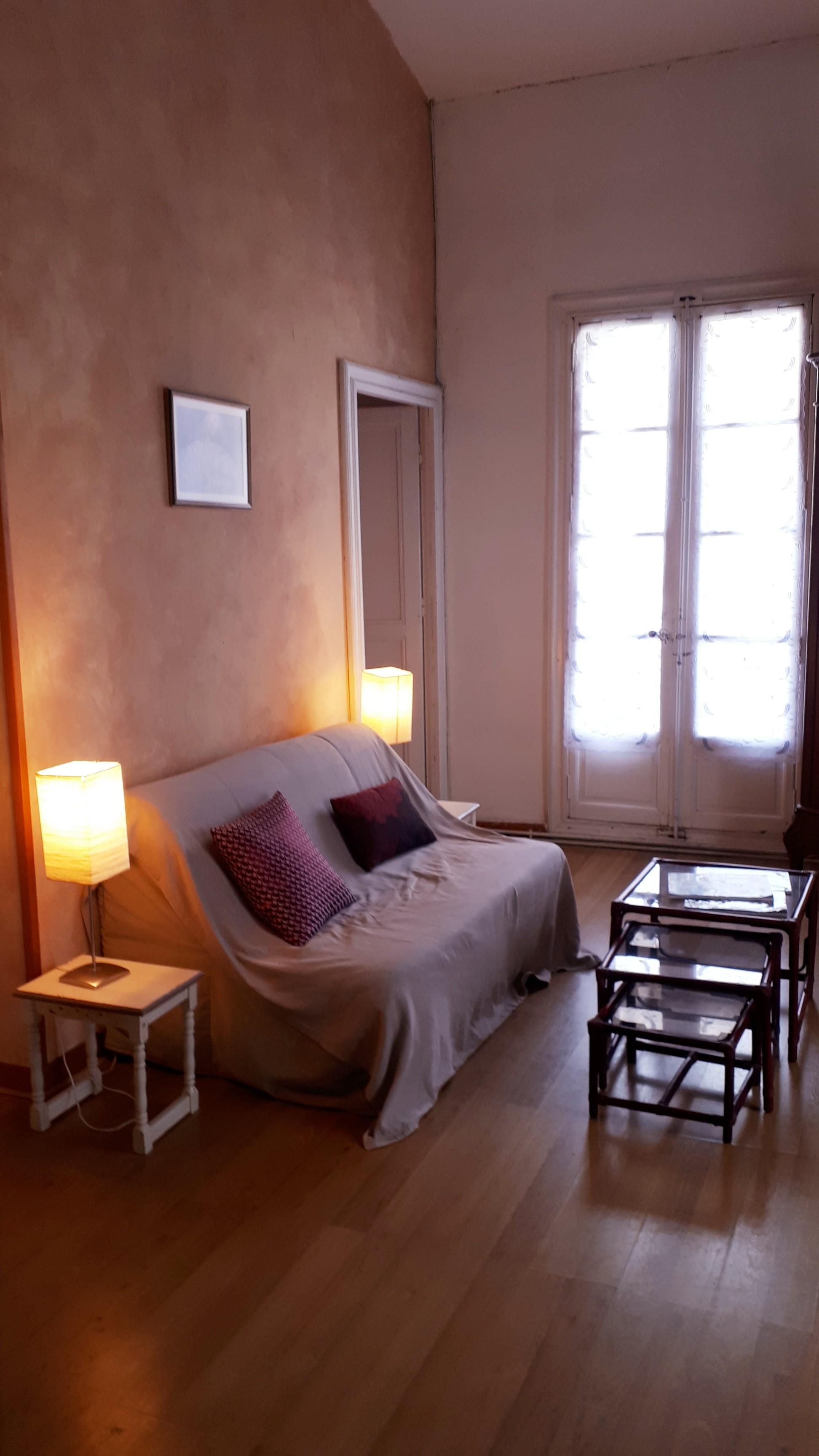 Le gite Les Lavandes proche de Pézenas sud de france. Avec canapé lit et télévision. Avec son chauffage central il est douillet l hiver.