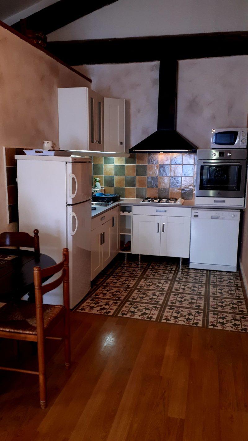 Le gite Les Lavandes proche de Pézenas sud de france. Une vaste pièce à vivre avec cuisine toute équipéecuisine équipée