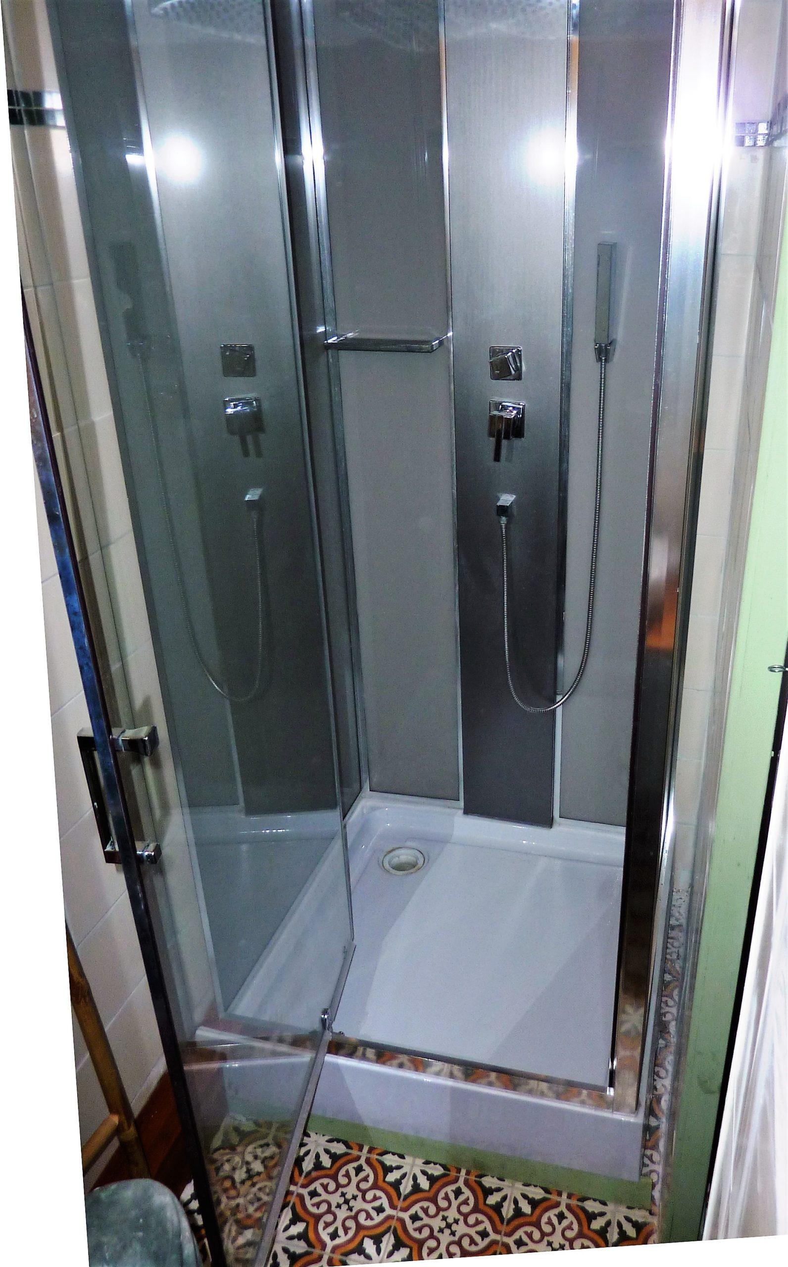 Le Tineiral à Néffiès Gite les Bruyeres : avec douche et wc