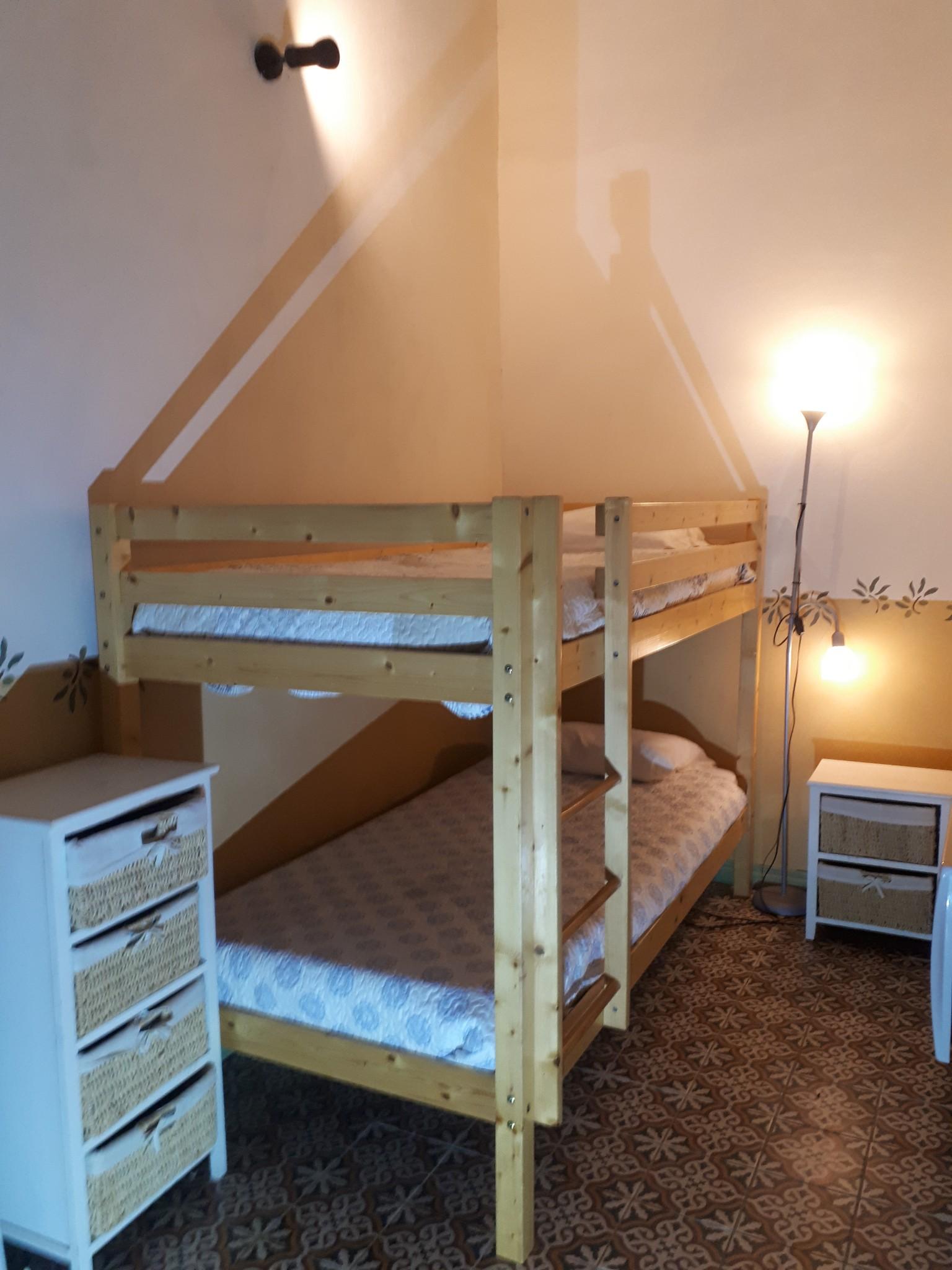 Le Tineiral à Néffiès Gite les Bruyeres : Un coin cabine avec deux lits superposés pour vos enfants.